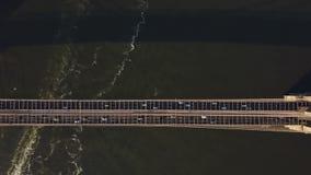 Вид с воздуха Бруклинского моста через Ист-Ривер от Манхаттана к Бруклину в Нью-Йорке, Америке сток-видео