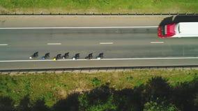 Вид с воздуха велосипедистов и автомобилей дороги Красный Транс-сибиряк весьма 4k Bull сток-видео