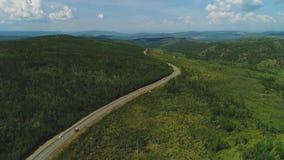 Вид с воздуха велосипедистов и автомобилей дороги Красный Транс-сибиряк весьма 4k Bull видеоматериал