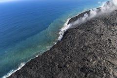 Вид с воздуха вертолета лавы входя в океан и пар, большой остров, Гаваи стоковое изображение