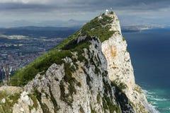 Вид с воздуха верхней части утеса Гибралтара, в верхнем природном заповеднике утеса: на вышл городок Гибралтара и залив, городок  Стоковые Изображения