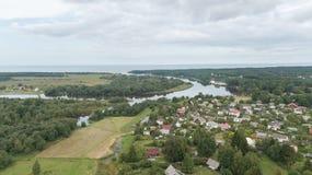 Вид с воздуха взгляд сверху трутня поля озера Gauja сельской местности Стоковые Изображения