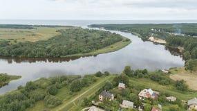Вид с воздуха взгляд сверху трутня поля озера Gauja сельской местности Стоковая Фотография