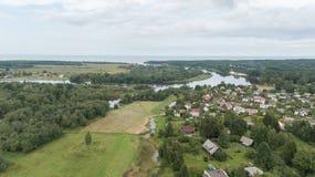 Вид с воздуха взгляд сверху трутня поля озера Gauja сельской местности Стоковые Фотографии RF