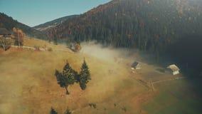 Вид с воздуха видимости коттеджа красочной гористой местности сельский видеоматериал