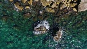 Вид с воздуха волн ломая против утесов береговой линии видеоматериал