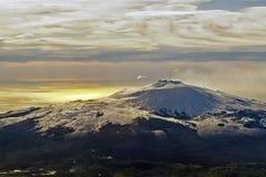 Вид с воздуха вулкана Этна на зоре нового дня, Сицилии, Италии Стоковое фото RF