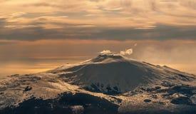 Вид с воздуха вулкана Этна на зоре нового дня, Сицилии, Италии Стоковые Фотографии RF