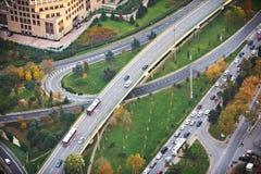 Вид с воздуха выше транспортных развязок шоссе на заходе солнца Пересекая мост дороги скоростного шоссе Стамбул Стоковое фото RF