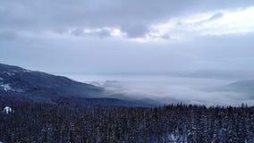 Вид с воздуха в горе зимы восхода солнца сток-видео