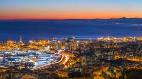 Вид с воздуха Генуи к ноча, гавани с мощёной дорожкой, Италией Стоковое Изображение RF