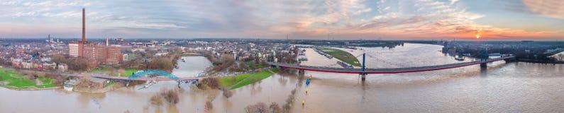 Вид с воздуха горизонта города Дуйсбурга во время flooding января 2018 Стоковая Фотография RF