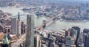 Вид с воздуха горизонта Нью-Йорка с целью Бруклина и мостов и Ист-Ривер Манхэттена стоковые фото