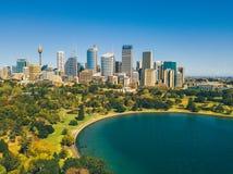 Вид с воздуха горизонта Сиднея и ботанического сада Стоковые Изображения