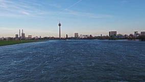 Вид с воздуха горизонта Duesseldorf пока летать глубокий и голодает над рекой Рейном - Германией - Европой видеоматериал