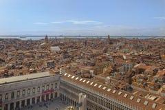 Вид с воздуха города Венеции от колокольни st меток квадратный стоковая фотография
