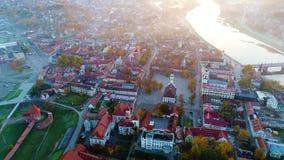 Вид с воздуха города в утре акции видеоматериалы