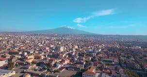 Вид с воздуха города Катании сверху с вулканом Этна акции видеоматериалы