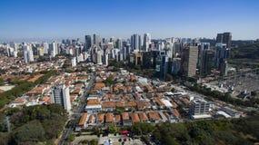 Вид с воздуха города Сан-Паулу Бразилии, района Itaim Bibi стоковая фотография