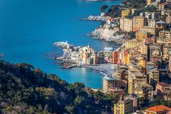 Вид с воздуха города Camogli, провинции Генуи Genova, Ligurian riviera, среднеземноморского побережья, Италии стоковая фотография rf