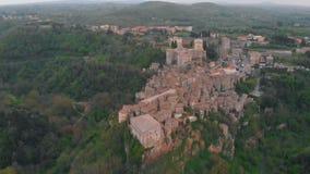 Вид с воздуха городка и холмов акции видеоматериалы