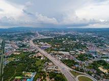 Вид с воздуха городка Паттайя, Chonburi, Таиланда Город туризма в Азии Гостиницы и жилые дома с голубым небом в полдень стоковые изображения rf