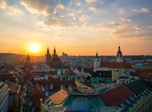 Вид с воздуха городка Праги старого с изумительным небом захода солнца Стоковые Фотографии RF