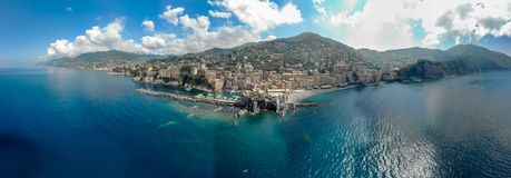Вид с воздуха городка Camogli в Лигурии, Италии Городок Camogli сценарного среднеземноморского побережья riviera исторический ста стоковые изображения rf