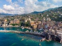 Вид с воздуха городка Camogli в Лигурии, Италии Городок Camogli сценарного среднеземноморского побережья riviera исторический ста стоковая фотография rf