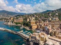 Вид с воздуха городка Camogli в Лигурии, Италии Городок Camogli сценарного среднеземноморского побережья riviera исторический ста стоковое изображение rf