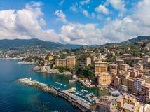 Вид с воздуха городка Camogli в Лигурии, Италии Городок Camogli сценарного среднеземноморского побережья riviera исторический ста стоковое фото