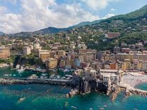 Вид с воздуха городка Camogli в Лигурии, Италии Городок Camogli сценарного среднеземноморского побережья riviera исторический ста стоковые фото