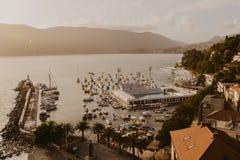 Вид с воздуха городка Herceg Novi, Марины и венецианской конематки сильной стороны, залива Boka Kotorska Адриатического моря, Чер стоковые изображения rf
