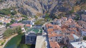 Вид с воздуха городка Kotor старых и гор, Черногории акции видеоматериалы