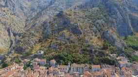Вид с воздуха городка Kotor старых и гор, Boka Kotorska, Черногории сток-видео