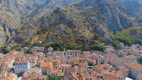 Вид с воздуха городка Kotor старых и гор, Boka Kotorska, Черногории видеоматериал