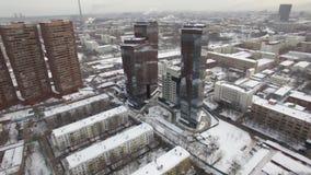 Вид с воздуха городского ландшафта покрытого со снегом сток-видео