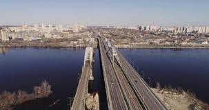 Вид с воздуха городского транспорта на мосте Мост Darnitskiy, Киев, Украина акции видеоматериалы