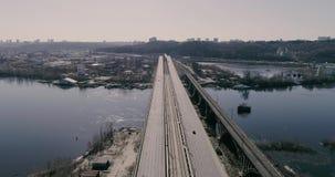Вид с воздуха городского транспорта на мосте Мост Darnitskiy, Киев, Украина сток-видео