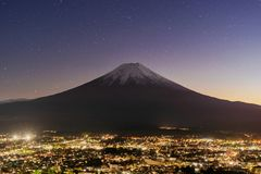 Вид с воздуха горы Фудзи вечером со звездами в Fujikawaguch стоковые фото
