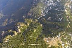 Вид с воздуха горы Ceahlau с скалистым ландшафтом камня и леса Стоковая Фотография