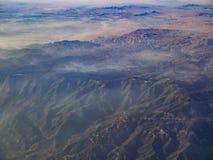 Вид с воздуха гор Сан Бернардино и наконечника озера, взгляда стоковые изображения rf