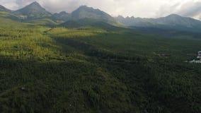 Вид с воздуха гостиницы в красивых горах сток-видео
