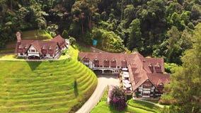 Вид с воздуха гостиницы & ресторана коптильни в гористой местности Pahang Малайзии Камерона видеоматериал