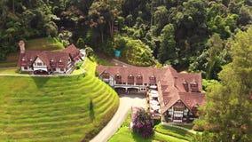 Вид с воздуха гостиницы & ресторана коптильни в гористой местности Pahang Малайзии Камерона акции видеоматериалы