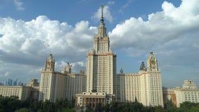 Вид с воздуха государственного университета Москвы и парка в Москве акции видеоматериалы