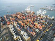 Вид с воздуха грузового корабля, грузового контейнера в гавани a склада Стоковая Фотография RF