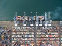 Вид с воздуха грузового корабля, грузового контейнера в гавани a склада Стоковое Изображение