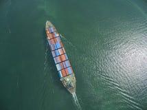 Вид с воздуха грузового корабля, грузового контейнера в гавани a склада Стоковое Фото
