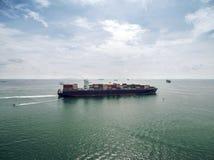 Вид с воздуха грузового корабля, грузового контейнера в гавани a склада Стоковая Фотография
